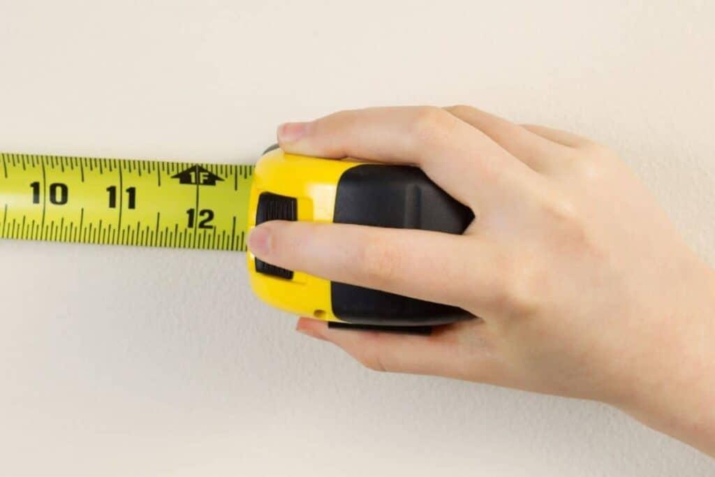 women hand using tape measure